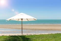 Paraply på stranden Arkivfoto