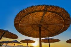 Paraply på stranden Arkivfoton