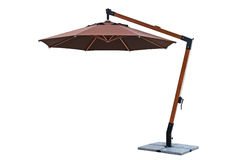 Paraply som används med trädgårds- möblemang Arkivbilder