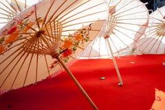 Paraply som göras av papper/tyg. Konster Royaltyfri Fotografi