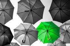 Paraply som står ut från den unika folkmassan Royaltyfri Foto