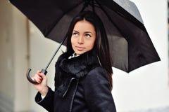 paraply under kvinna Arkivbilder