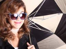 paraply under kvinna Arkivfoton