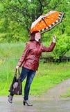 paraply under kvinna Arkivbild