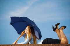 paraply under kvinna Royaltyfria Bilder
