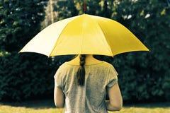 paraply under kvinnabarn Arkivbild