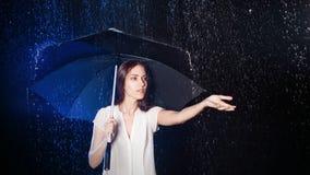 paraply under kvinnabarn Skydd från regn Royaltyfri Fotografi