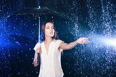 paraply under kvinnabarn Skydd från regn Royaltyfria Bilder