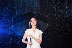 paraply under kvinnabarn Skydd från regn Fotografering för Bildbyråer