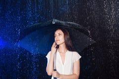 paraply under kvinnabarn Skydd från regn Arkivfoton