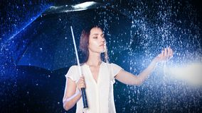 paraply under kvinnabarn Skydd från regn Royaltyfri Foto