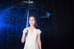 paraply under kvinnabarn Skydd från regn Royaltyfri Bild