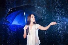 paraply under kvinnabarn Skydd från regn Tryck på regnet Fotografering för Bildbyråer