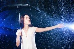 paraply under kvinnabarn Tryck på regnet Arkivbilder