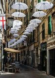 Paraplyer över via Lucolli, i Genua arkivbilder