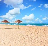 paraplyer för strandsugrör två arkivfoto