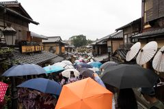 Paraplyer i den gamla staden Kyoto, Japan royaltyfri fotografi