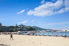 Paraplyer i en härlig dag på Surin sätter på land i Phuket Thailand Royaltyfria Foton