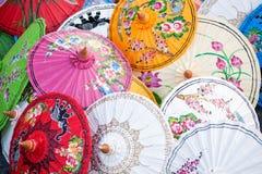 Paraplyer i en Thailand marknad Royaltyfri Fotografi