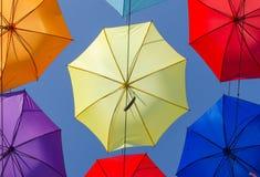 Paraplyer i himlen fotografering för bildbyråer