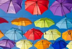 Paraplyer i himlen Arkivbild