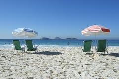 Paraplyer Ipanema Rio de Janeiro Brazil för strandstolar Arkivbild
