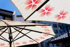 Paraplyer mot den små Tokyo horisonten Royaltyfri Foto