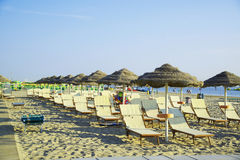 Paraplyer och chaisen är slö på stranden av Rimini i Italien Arkivfoton
