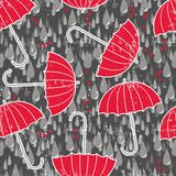 Paraplyer och hjärtor i en seamless regna mönstrar Arkivbilder