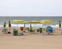 paraplyer och strandstolar i sommarsemesterorten för holidaymaker arkivbilder