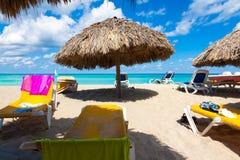 Paraplyer och underlag på den kubanska stranden av Varadero Royaltyfri Foto