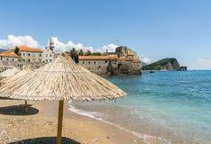 Paraplyer på Budva den gamla stadstranden, Montenegro Royaltyfria Bilder