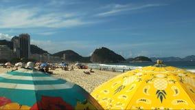 Paraplyer på den Copacabana stranden i Rio De Janeiro lager videofilmer