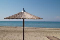 Paraplyer på den perfekta tropiska stranden Arkivbild