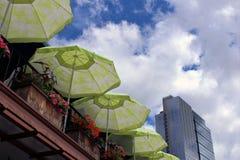 Paraplyer på en uteplats i staden arkivfoto