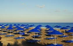 Paraplyer på stranden Arkivbild