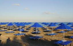 Paraplyer på stranden Fotografering för Bildbyråer
