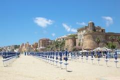 Paraplyer på stranden, Italien, fotografering för bildbyråer