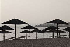 Paraplyer på stranden på solnedgången Royaltyfria Bilder