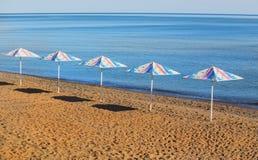 Paraplyer p? en sandig strand royaltyfria bilder