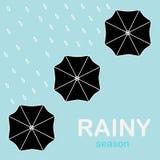 Paraplyer som sätts upp i regnet Arkivfoto