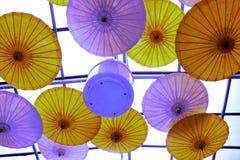 Paraplyet är mycket skyddande av solen fotografering för bildbyråer