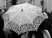 Paraplyet hand-dekorerade all med snör åt doilies och två kvinnor Royaltyfri Foto