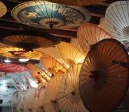 Paraplyet shoppar med retro stilar i Peking Kina Royaltyfri Bild