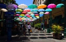 Paraplyet täckte gränden i Le Caudan Strand i Port Louis, Mauritius Arkivfoton