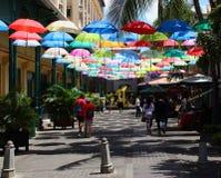Paraplyet täckte gränden i Le Caudan Strand i Port Louis, Mauritius Fotografering för Bildbyråer