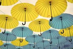 Paraplyflöte i himmel på solig dag Installation för paraplyhimmelprojekt Utomhus- konstdesign och dekor Ferie och arkivbilder