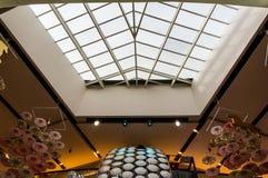 Paraplygarnering som hänger från taket Arkivbild