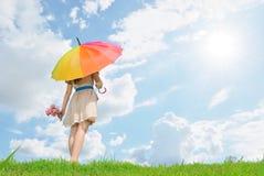 Paraplykvinnavänte för någon och oklarhetssky Arkivbild