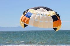 Paraquedas brilhante sobre a água. Foto de Stock Royalty Free